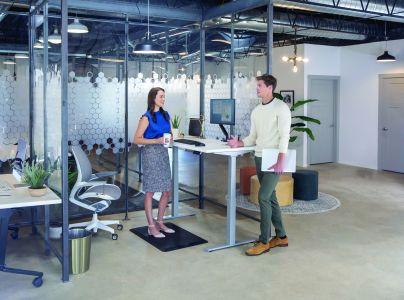 Biurko sit stand – czym jest, jak działa i dlaczego warto wprowadzić je do biura?