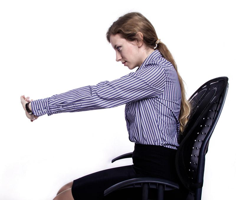 Złóż ręce razem i odchyl rozciągając ręce.