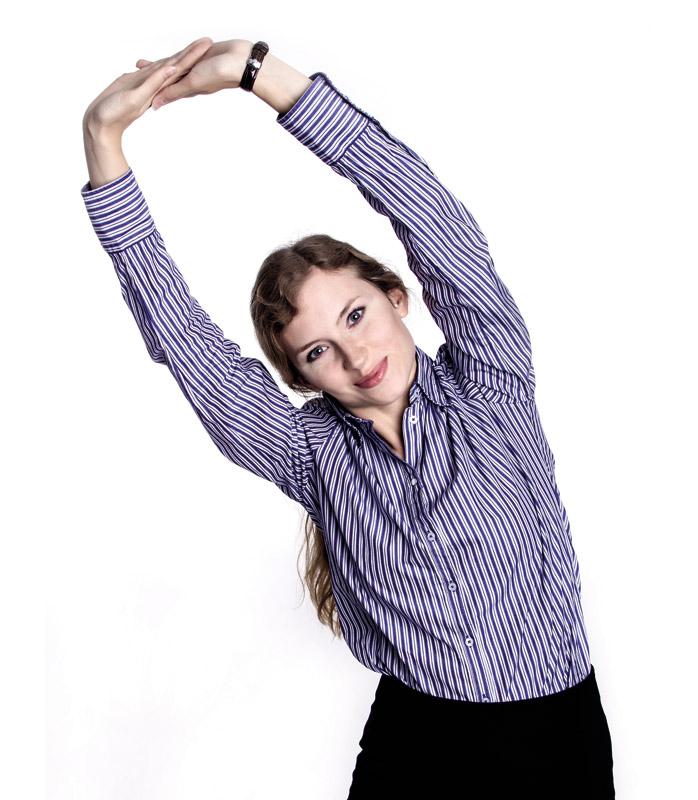 Wstań i odchyl się w bok rozciągając oraz napinając ręce i ramiona.
