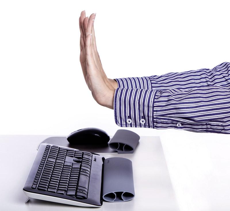 Skieruj dłonie w górę rozciągając nadgarstki.