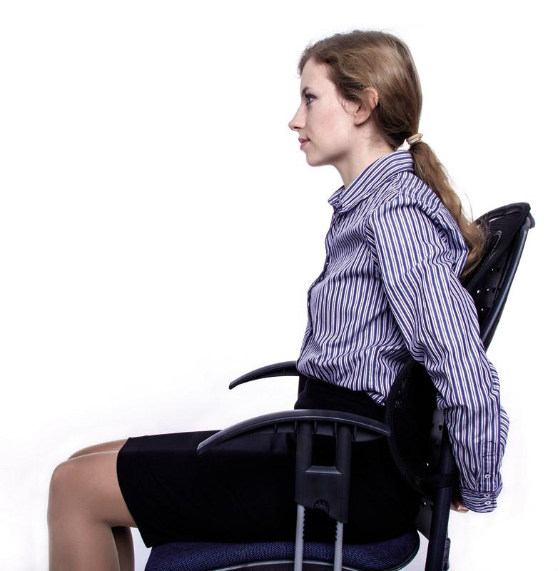 Załóż ręce za krzesło i napnij mięśnie.